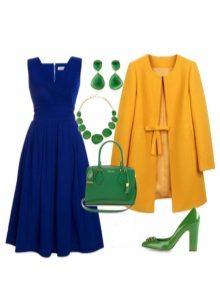 Yeşil aksesuarlar ile koyu mavi elbise
