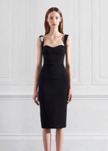 O vestido de noite até o joelho é preto com alças