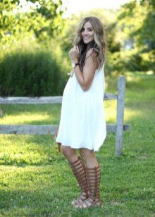 Бяла рокля на студена сянка за бременни жени