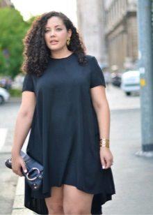 Zwarte jurk-tuniek met een asymmetrische yuvka voor vol