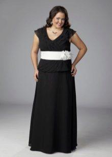 Zwarte lange jurk met een witte riem voor vol