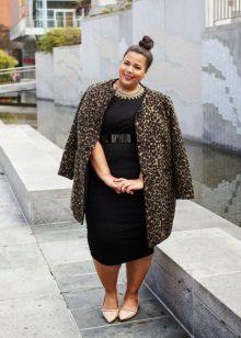 Zwarte jurk ten volle in combinatie met een luipaardjas en beige pumps