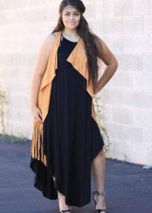 Zwarte jurk ten volle in combinatie met een licht vest