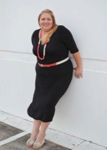 Zwarte jurk vol met contrasterende accessoires