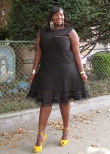 Zwarte jurk voor mollige met gele schoenen