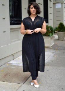 Zwarte transparante jurk voor het volledige in combinatie met witte boten