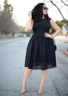 Zwarte jurk voor vol met beige schoenen