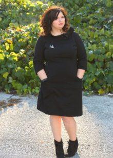 Zwarte warme jurk van gemiddelde lengte voor vol