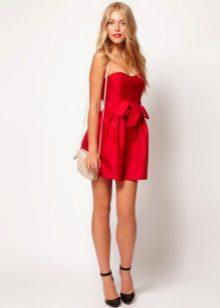 Sarışın için kısa kırmızı elbise