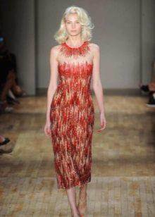 Havalı saçlı sarışınlar için kısa kırmızı elbise