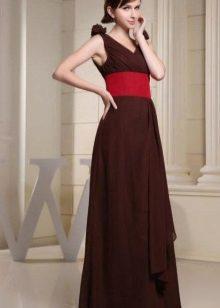 Brun kjole med et rødt bælte