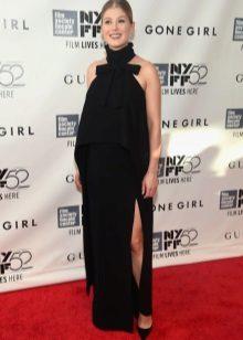 Mooie zwarte lange jurk met een split voor een zwanger meisje
