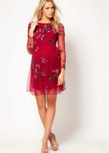 Crimson jurk met een hoge taille met een klein patroon voor zwangere vrouwen