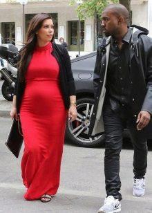 Дълга червена рокля за бременни жени с черна жилетка и черен съединител