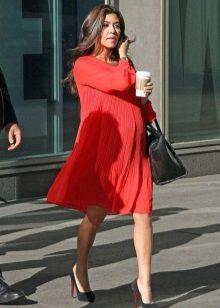 Червена рокля на свободен крой за бременни жени в комбинация с черни обувки и черна чанта