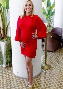 Къса червена рокля за бременни жени със златни обувки