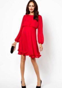 Червена рокля с дълги ръкави и безплатно пола за бременни жени