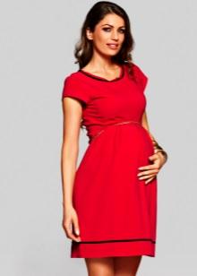 Червена рокля за майчинство с черен цвят на шията и долната част на полата
