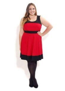 Rode jurk met zwarte bies bij de hals en onderrok voor zwaarlijvige vrouwen