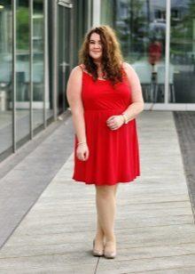 Rode jurk voor volle blonde vrouwen met een lichte huid
