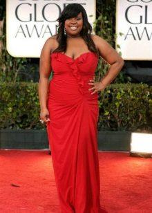 Rode jurk voor zwaarlijvige vrouwen met een donkere huid