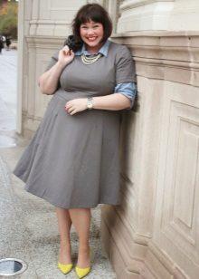 Schoenen op de hiel van de jurk voor zwaarlijvige vrouwen met een korte gestalte