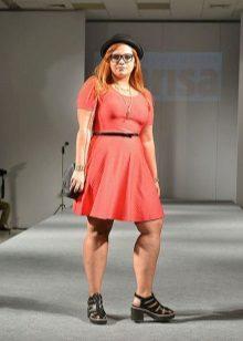 Modieuze jurken voor zwaarlijvige vrouwen van gemiddelde lengte en bijpassende schoenen