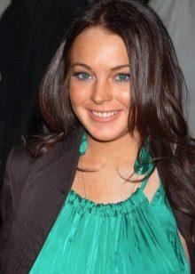 Lindsay Lohan's make-up under a dress of color of a sea wave