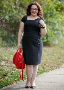 Schede jurk van zwarte kleur van een eenvoudige snit van gemiddelde lengte voor volle ones