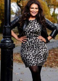 Leopard schede jurk voor het volledige in combinatie met een leren jas