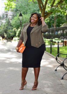 Zwarte jurk voor vrouwen met overgewicht in combinatie met een kaki jasje