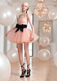 Peach-mekko tutu mustalla vyöllä