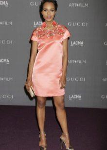 Persikka-mekko, jossa on vaaleanpunainen koriste