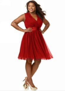 Vestit vermell amb una cintura alta per ple