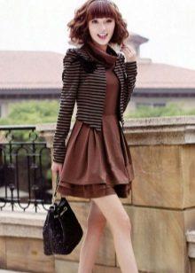 Bolsa preta e jaqueta listrada ao vestido de cor chocolate