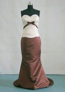 Vestido de cor chocolate com um top branco