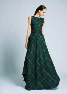 Neulottu mekko ruudullisessa kerroksessa