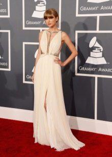 Gaun putih panjang dengan celah