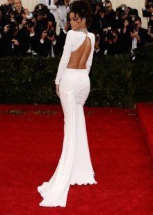 Pitkä valkoinen mekko, jossa on avoin selkä