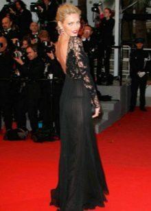 Pitkä musta mekko, jossa on avoin selkä