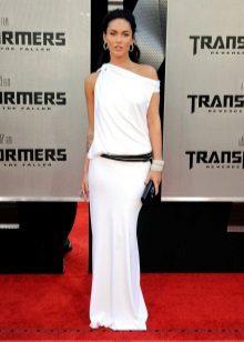 Zwarte clutch tot lange witte jurk