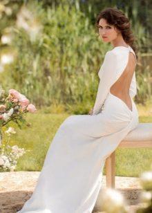 Valkoinen mekko, jossa on avoin selkä