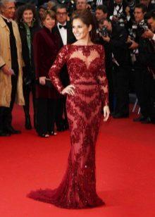 Pitkä mekko pitsi-puna-punaisen värin lattialla