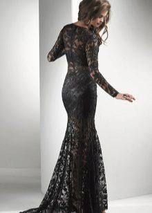 Zwarte kanten jurk op de grond