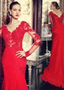 Punainen pitsi mekko lattialle