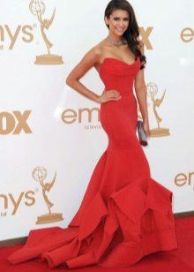 Mooie rode jurk op de grond