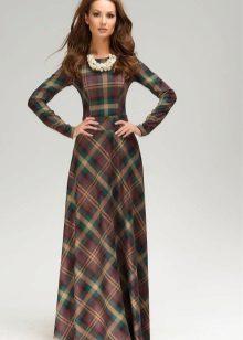 Pitkä mekko, jossa pitkät hihat