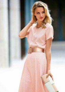 Machiaj pentru blonda sub rochie roz