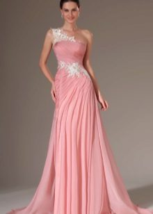 Rochia roz pe un umar