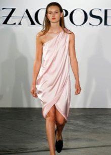 Rochie scurtă roz pe un umăr